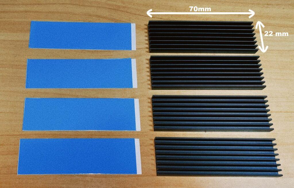 ヒートシンク4つと熱伝導シートの写真